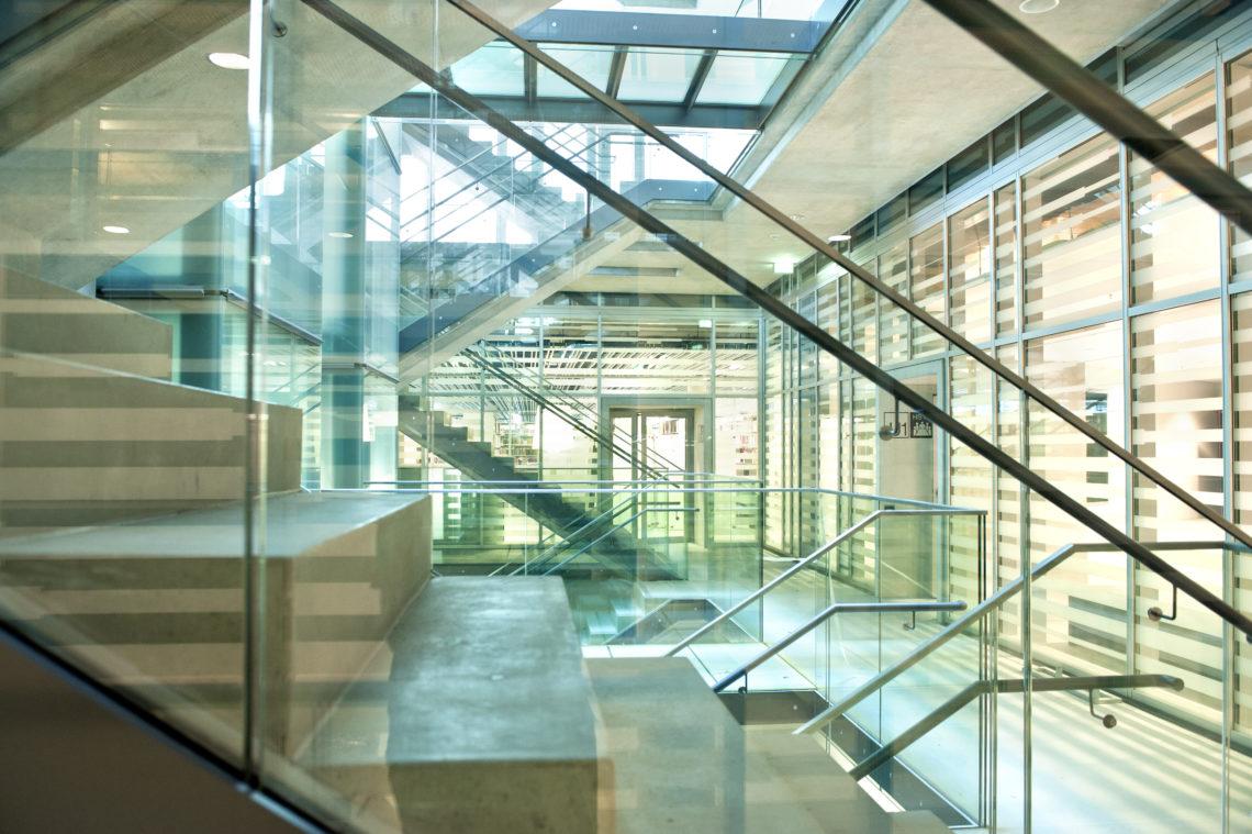 Das Stiegenhaus im Unipark Salzburg.