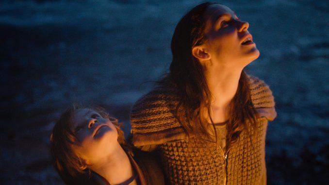 Man sieht den Protagonisten und seine Mutter. Sie sehen in den Himmel. Es ist Nacht.