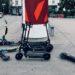Mehrere E-Scooter liegen am Gehsteig herum oder lehnen an einer Litfaßsäule