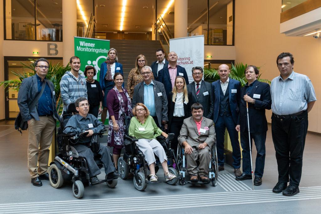 Viele Personen des Unabhängigen Monitoringausschusses und der Wiener Monitoringstelle posieren für ein Bild am Veranstaltungsort.