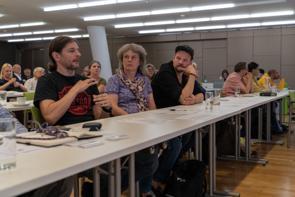 Ein Teilnehmer spricht Gebärdensprache.