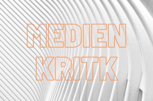 Weißer abstrakter Hintergrund. Davor steht in orangener Schrift: Medienkritik.