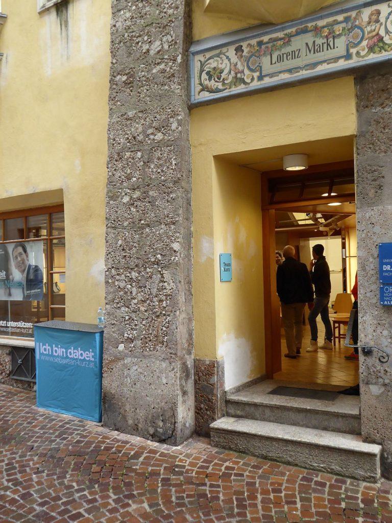 Zwei hohe Stufen vor dem Wahlkampflokal in Hall bei Tirol.