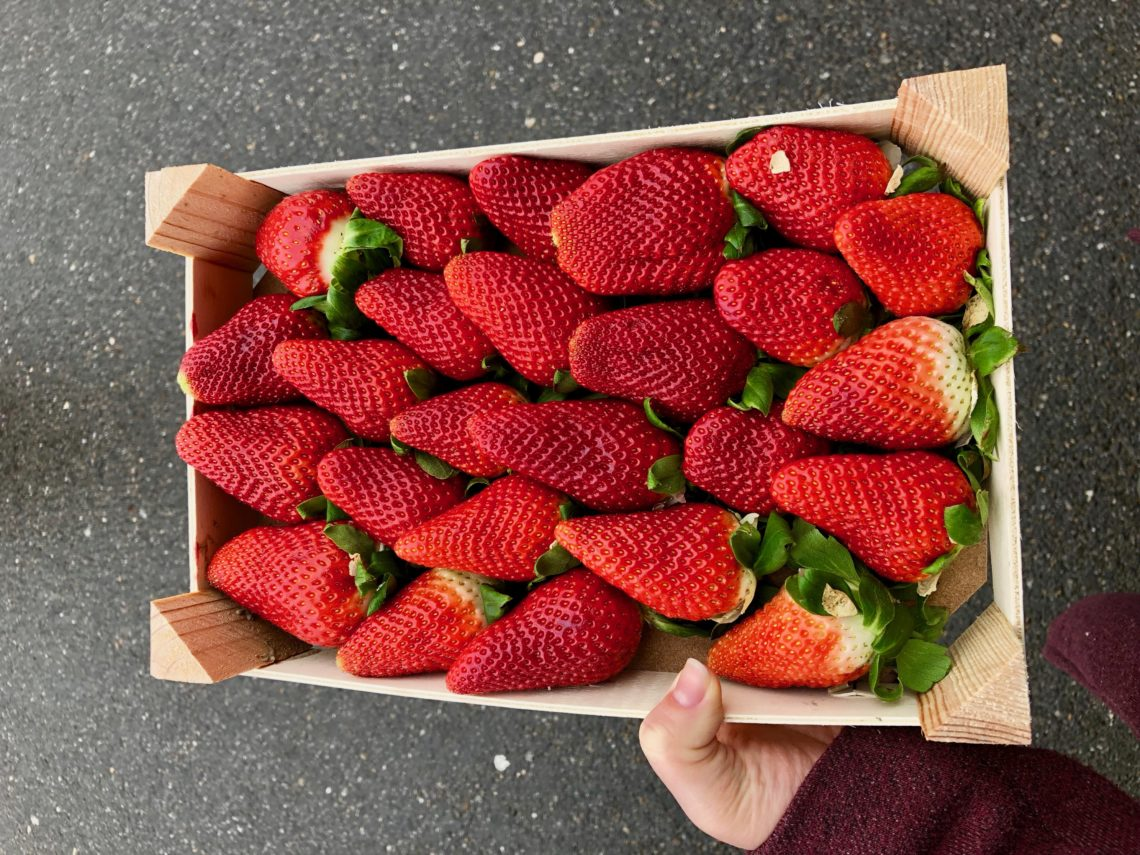 Eine Kiste voller Erdbeeren.