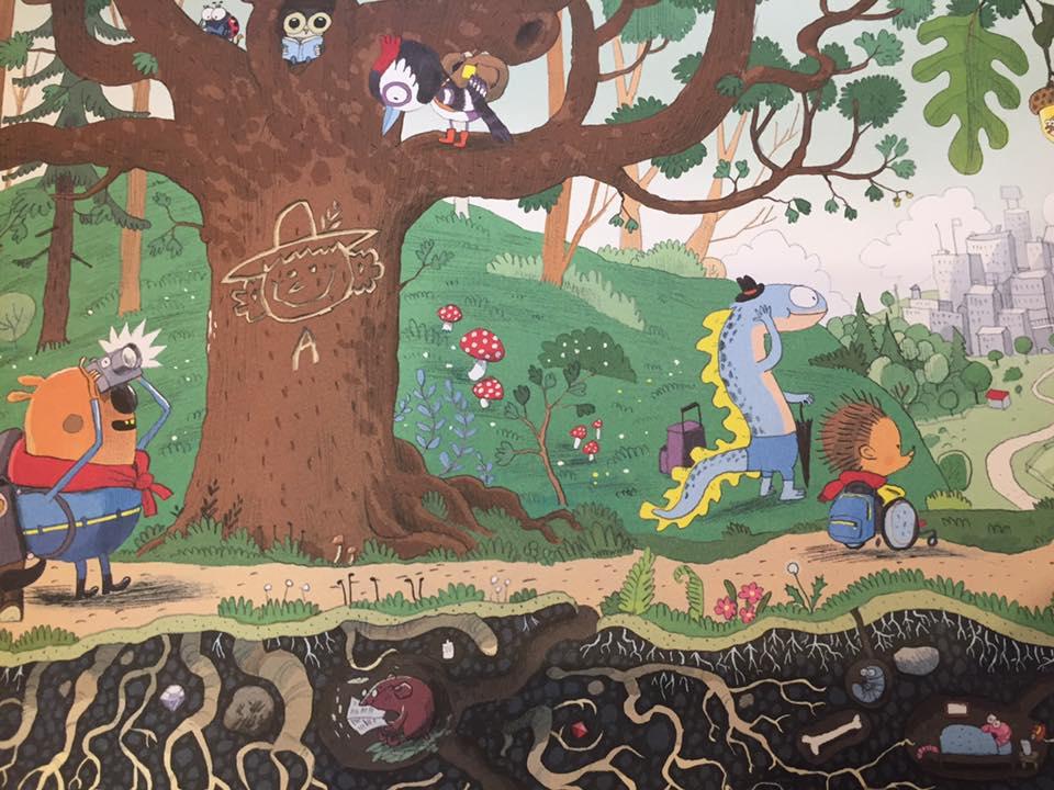 Man sieht eine Seite des Buches. Die Protagonisten spazieren an einem Baum vorbei. Man sieht das Treiben unter der Erde.